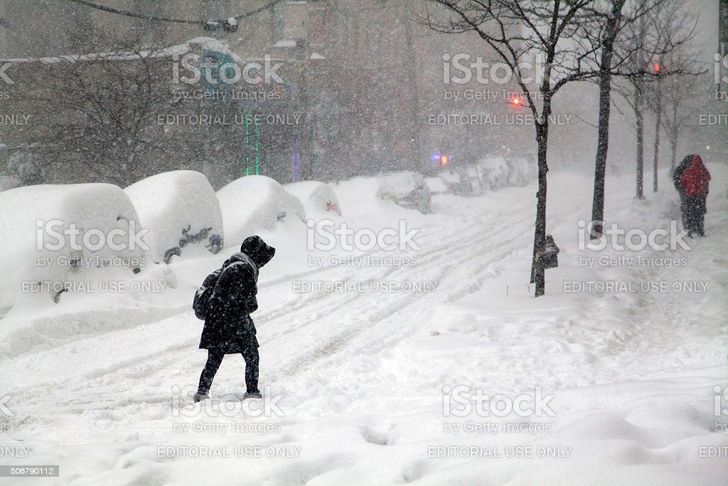 Frau überqueren Straße während Schnee Schneesturm Jonas in die Bronx zurück – Foto