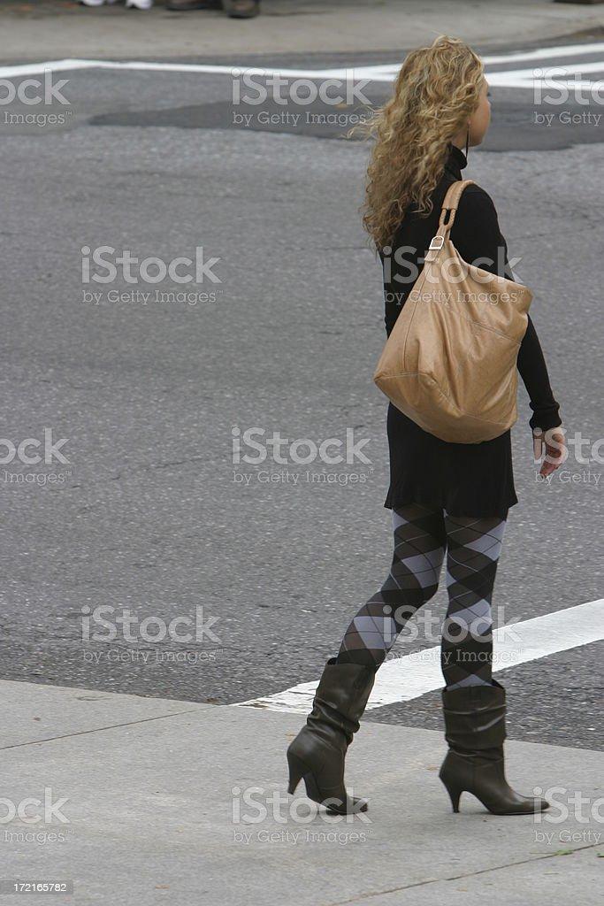 Strada di attraversamento donna foto stock royalty-free