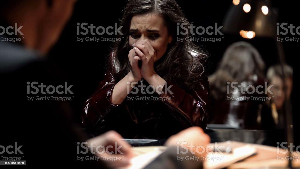 Frau, die weint, Detektiv zeigt Foto Opfer relative nach Terror-Gesetz – Foto