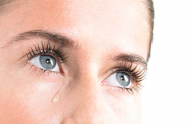 frau weinen - träne stock-fotos und bilder