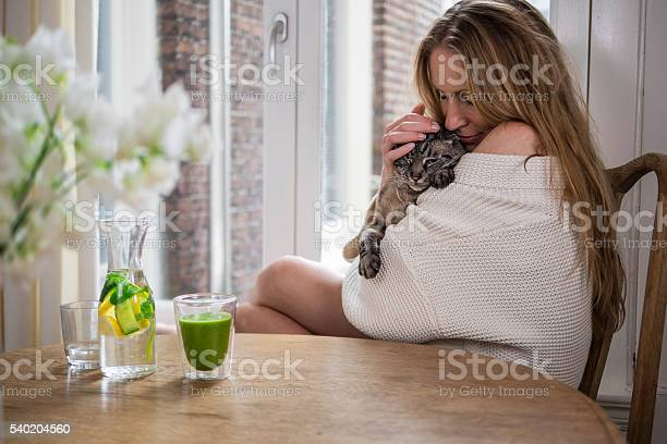 Woman cuddling her cat in the morning picture id540204560?b=1&k=6&m=540204560&s=612x612&h=qkt6kcur0mkf42fh4il91qbijpaibtlmznnuii22s58=