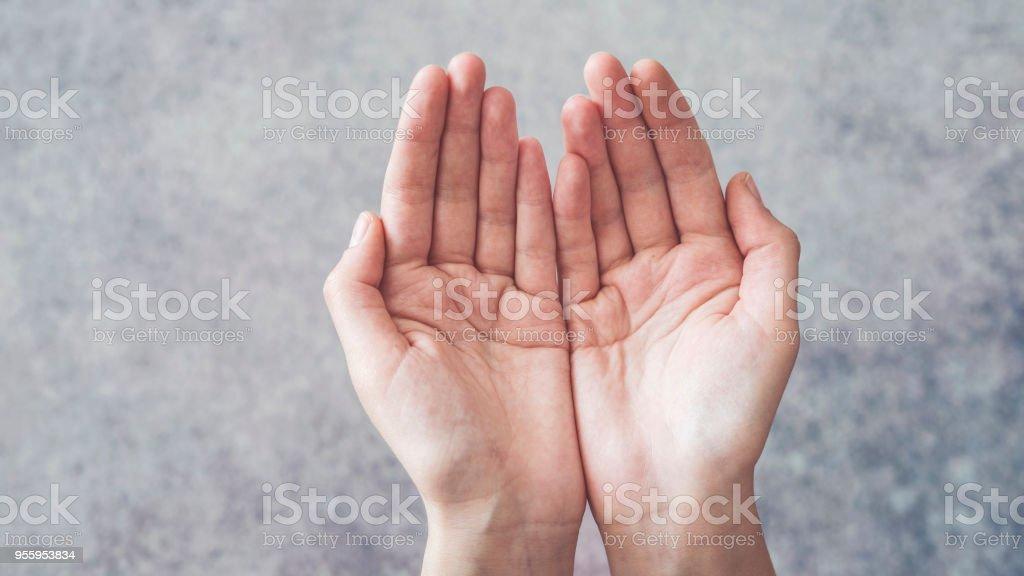 Frau schalenförmige Hände hält so etwas – Foto