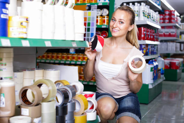 frau kunde in haushaltswaren-sb-warenhaus - papierrollenhalter stock-fotos und bilder