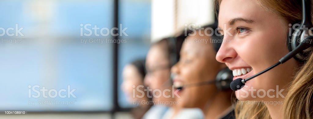 Frau Kundenservice-Mitarbeiter arbeiten im Callcenter – Foto