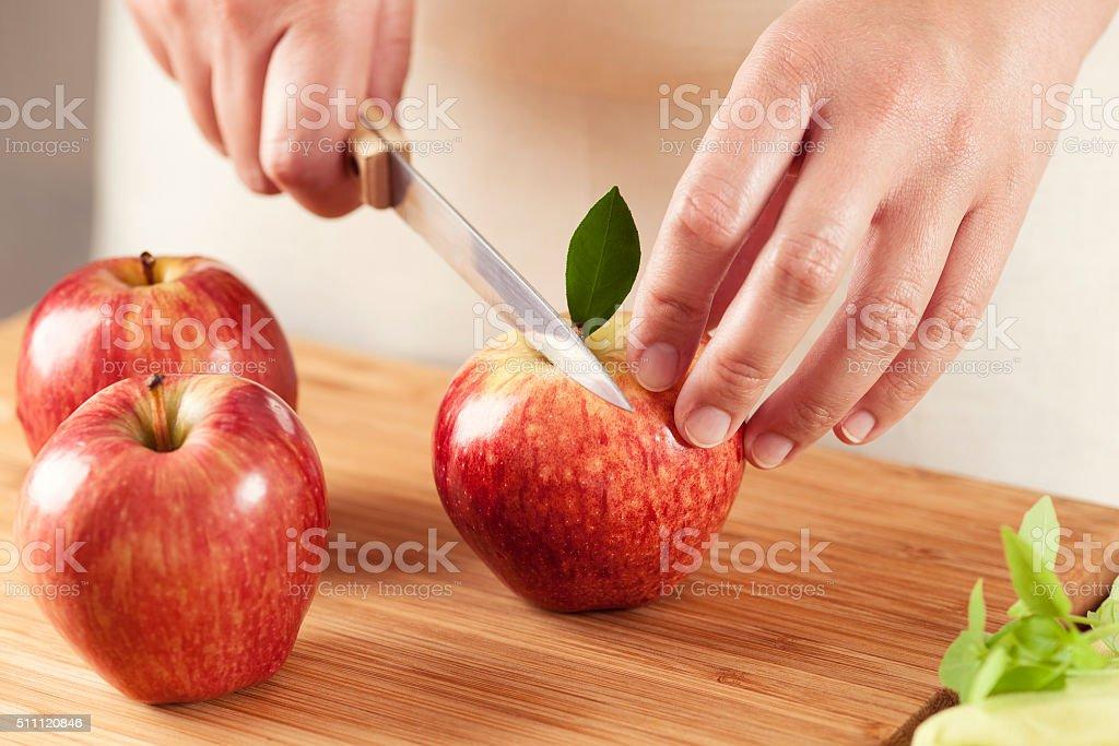 Woman カティングりんご ストックフォト