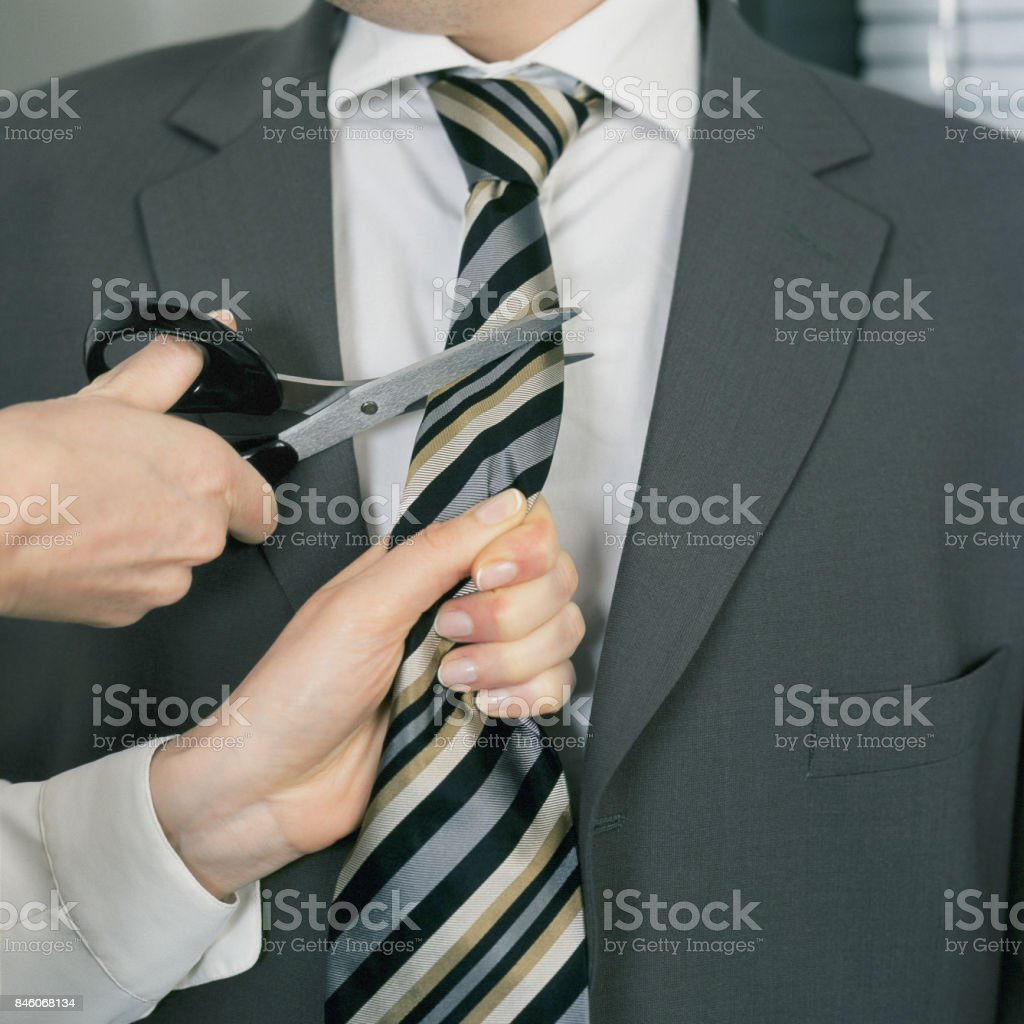 Frau schneiden Geschäftsmann Krawatte. – Foto