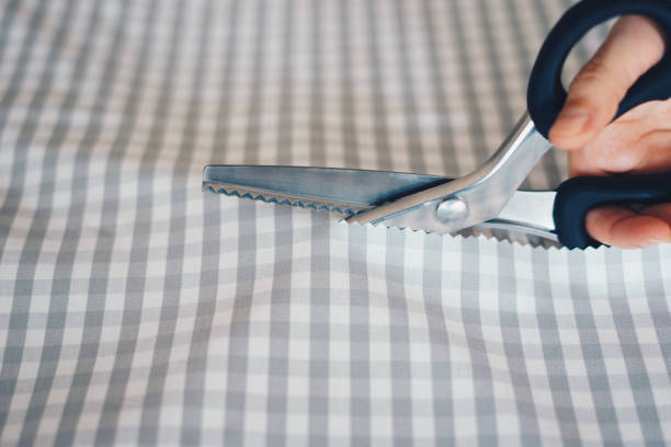 Frau schneidet Stoff mit kpingenden Scheren – Foto