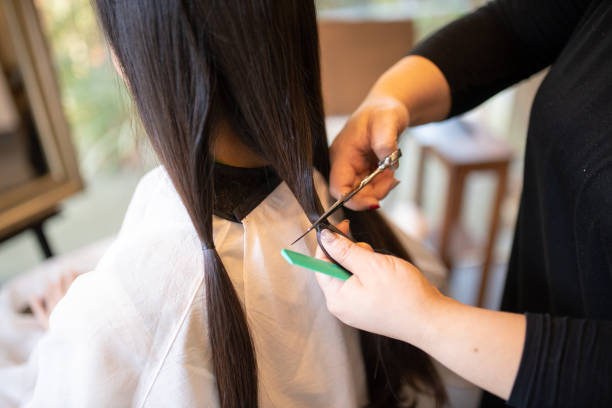 女性は、慈善寄付のための髪をカット - 美容室 ストックフォトと画像