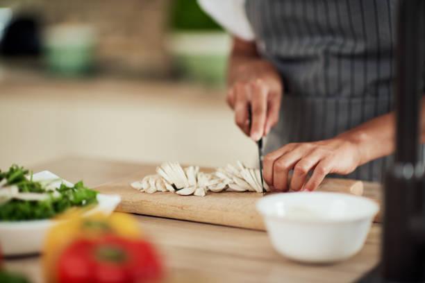 Frau schneidet Pilze. – Foto