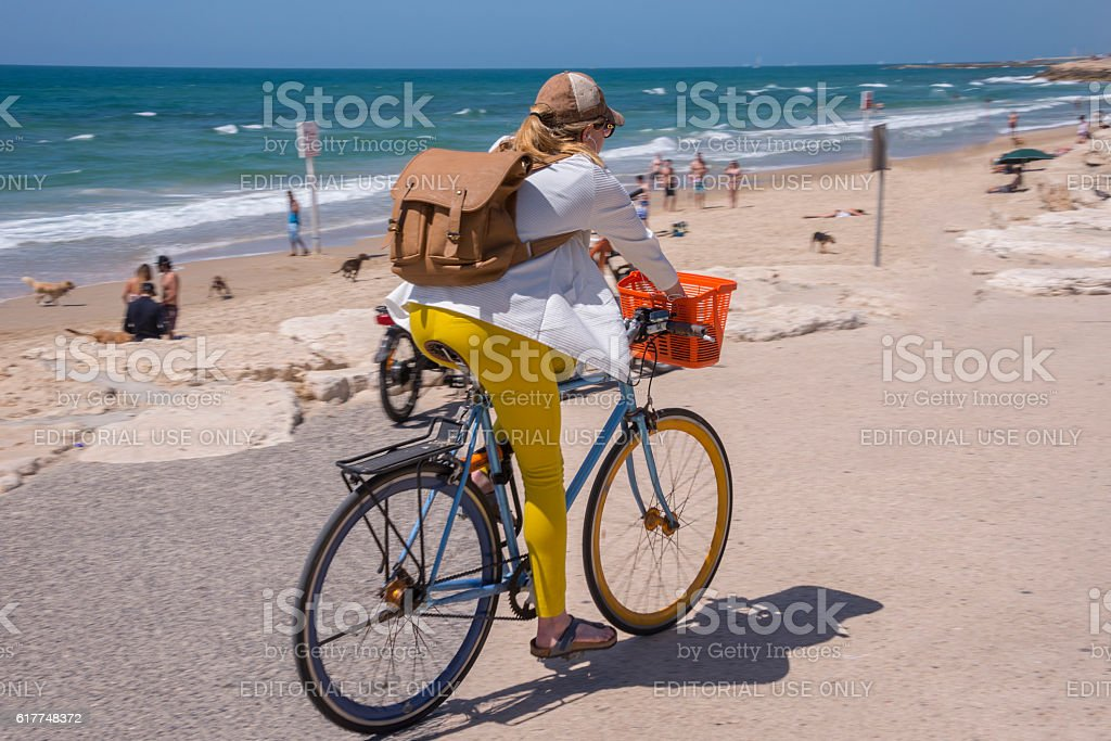 Woman cycling along the coast of Tel Aviv - foto de stock