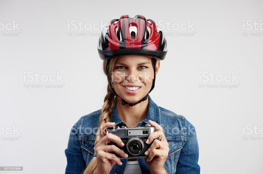 Frau Radfahrer im Helm mit Kamera – Foto