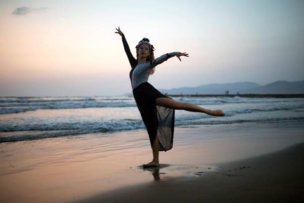 frau am strand tanzen - hippie kleider stock-fotos und bilder