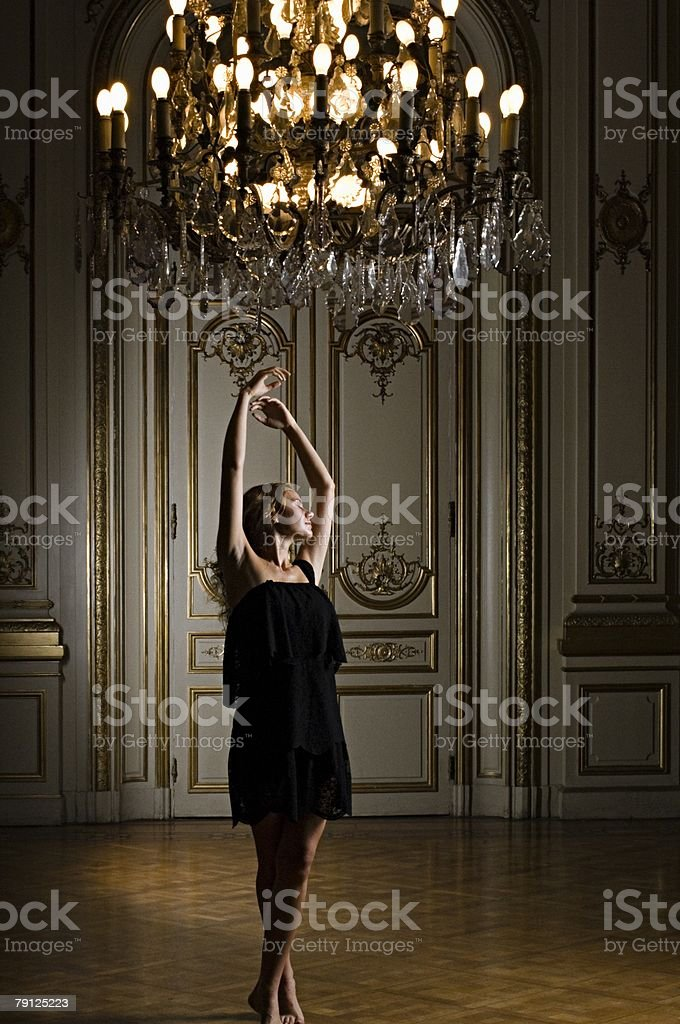 Frau Tanzen unter Kronleuchter – Foto