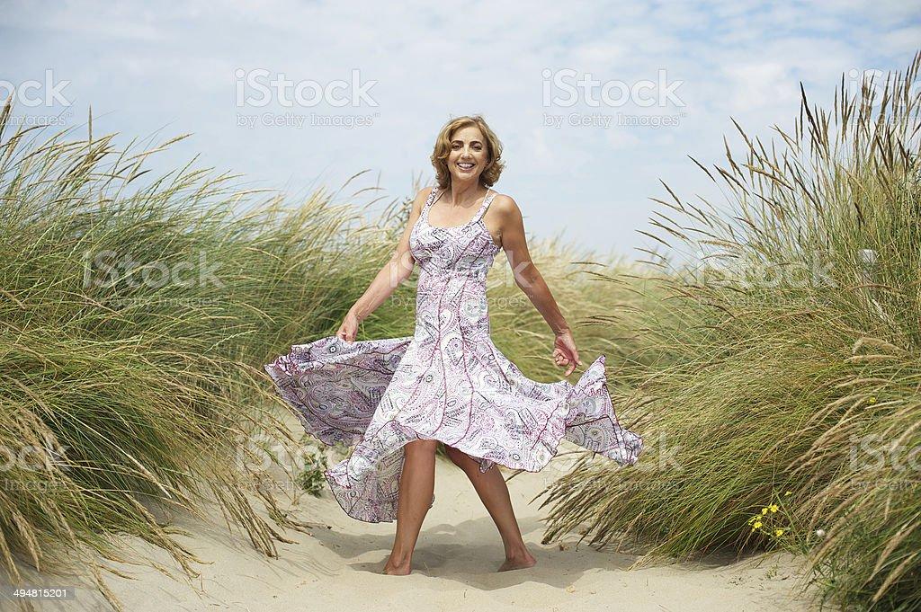 Frau Tanz im sand am Strand – Foto