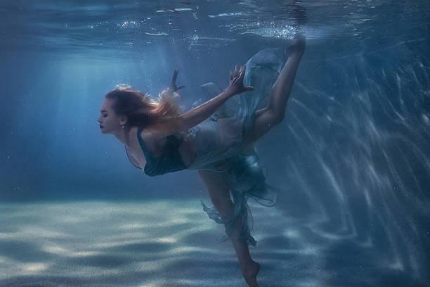 frau tanzen in die unterwasserwelt. - meerjungfrau kleid stock-fotos und bilder