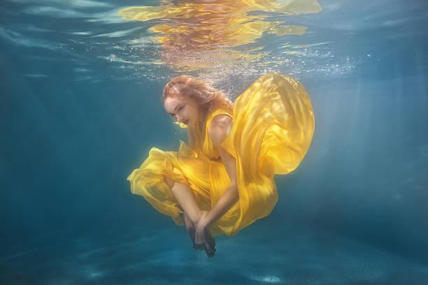 woman dancing underwater. - meerjungfrau kleid stock-fotos und bilder