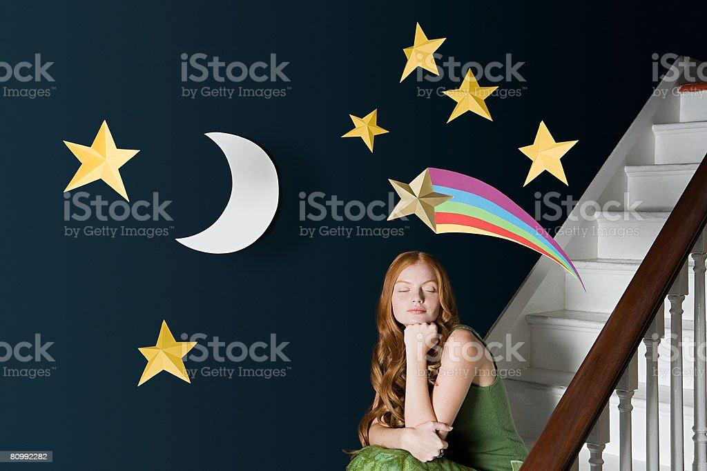 Uma mulher daydreaming foto de stock royalty-free