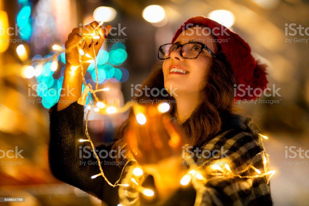 Frau mit Lichtern wie Weihnachtsbaum geschmückt – Foto