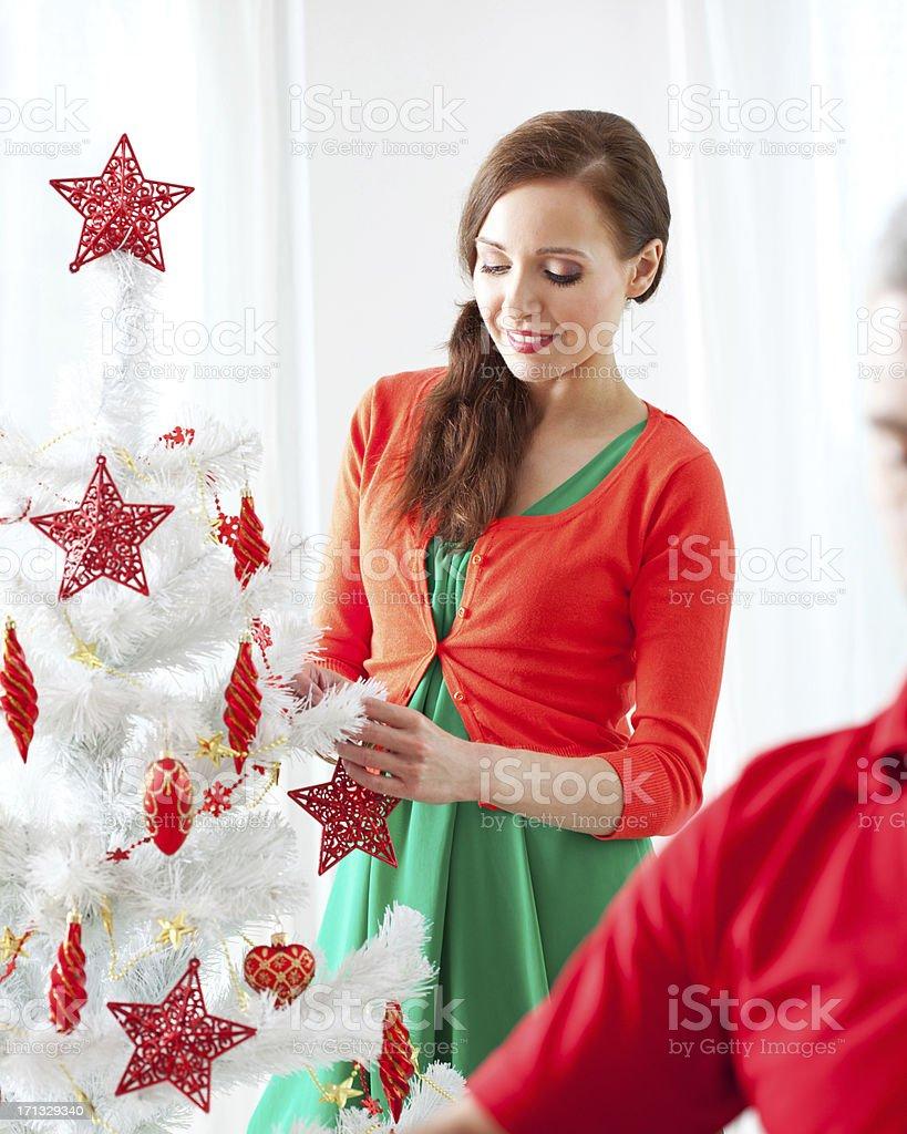 Frau dekorieren Weihnachtsbaum – Foto