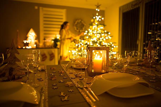 woman decorating european home for christmas - weihnachtlich dekorieren stock-fotos und bilder