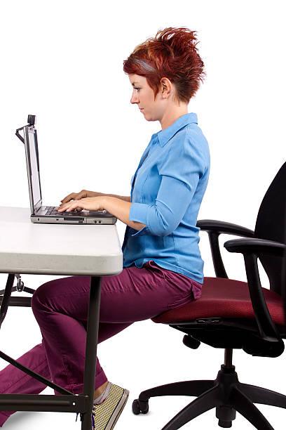 kobieta stosowania odpowiedniego biura biurko postawa - poprawna postawa zdjęcia i obrazy z banku zdjęć