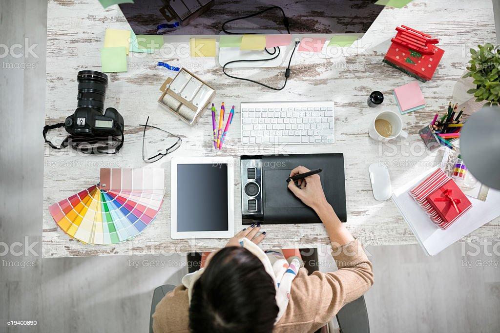 Mujer diseñador trabajando en la mesa de pluma - foto de stock