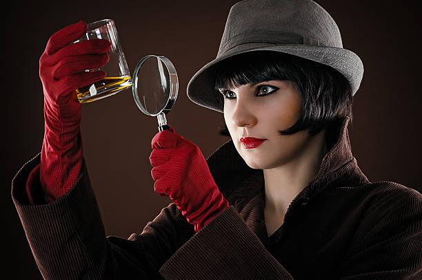 frau detektiv - whisky test stock-fotos und bilder