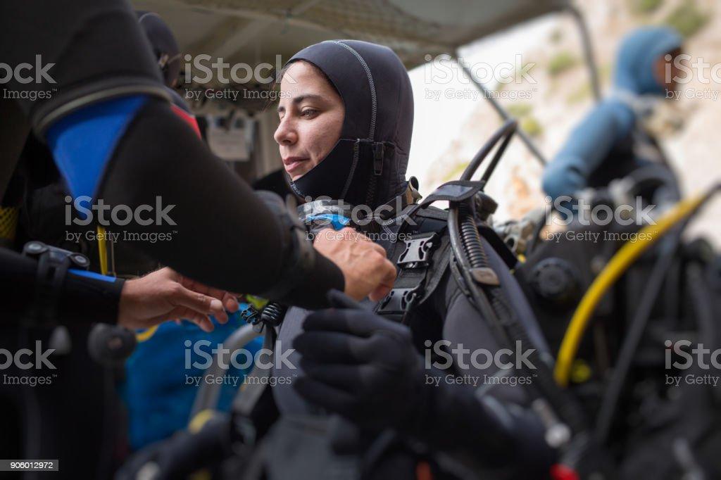 Mergulhador de mulher se preparando para mergulhar - foto de acervo