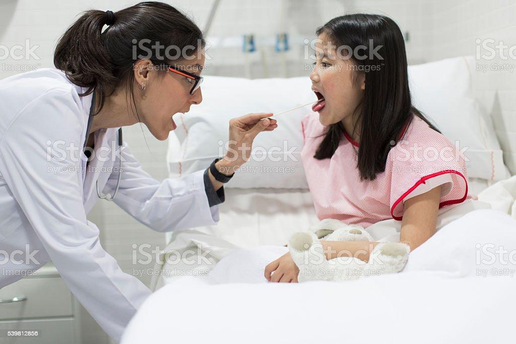 Femme médecin examine les douleurs cou. - Photo