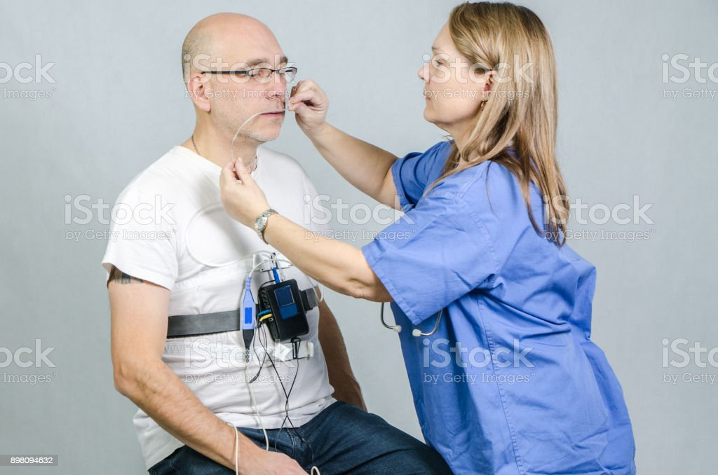 Frau Doktor Installation Schlafapnoe Monitor an einem Mann-Patienten – Foto