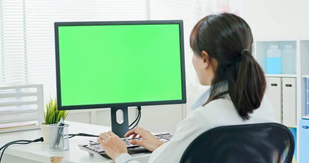 vrouw doctor gebruik computer - green screen stockfoto's en -beelden