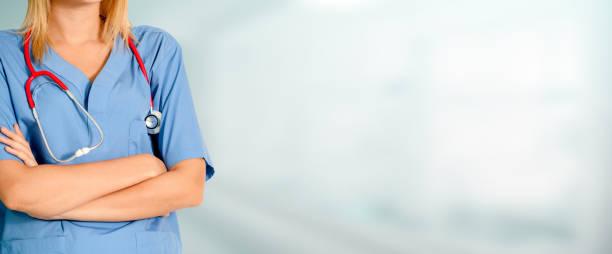 Frau Doktor im Krankenhaus Büro arbeiten. – Foto