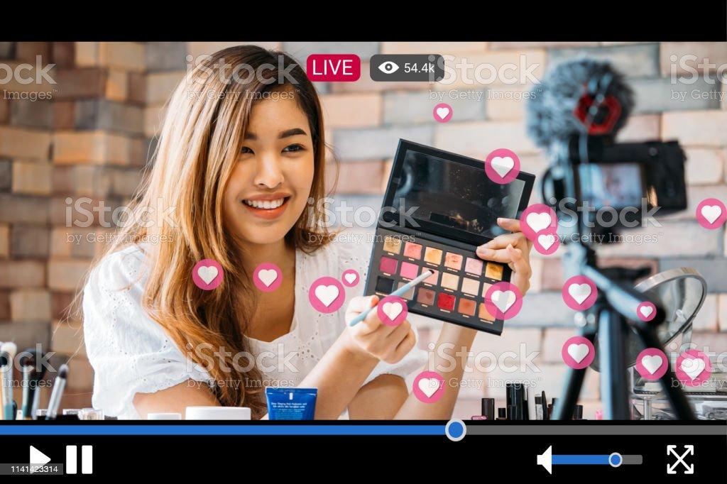 婦女化妝, 而錄製與視頻播放機介面的直播流 - 免版稅一個人圖庫照片