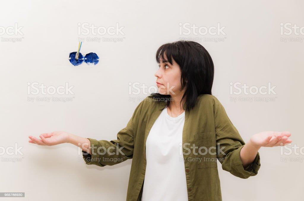 Une femme ne sait pas comment corriger l'électricité. - Photo