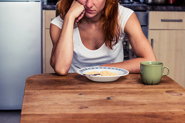donna non vuole mangiare il cereale - slow food foto e immagini stock
