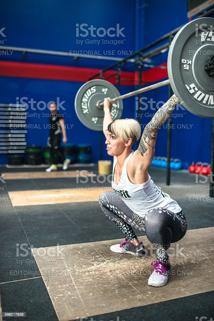 woman doing a strong training gym weightlifting foto royalty-free