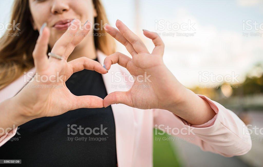 Mulher fazendo uma coração forma foto royalty-free