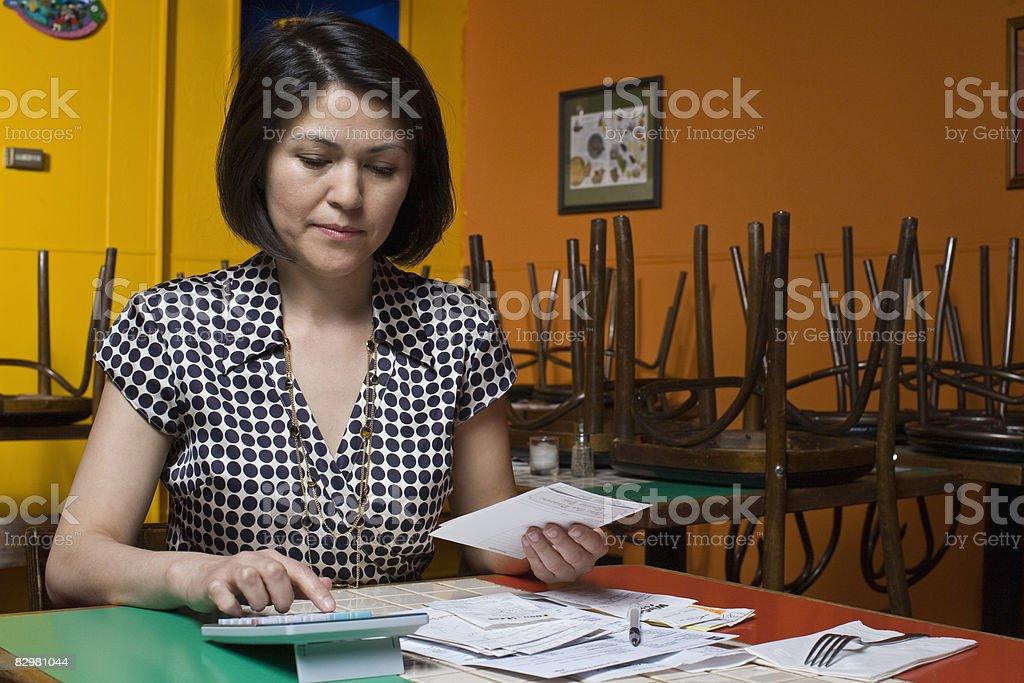 Kobieta prowadzenie rachunków w restauracji zbiór zdjęć royalty-free