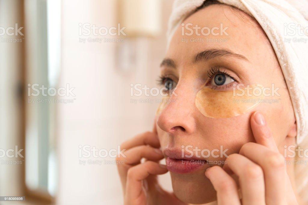 Frau, Gesichtsbehandlung mit Augenlid Patches zu Hause zu tun. Beauty-Konzept – Foto