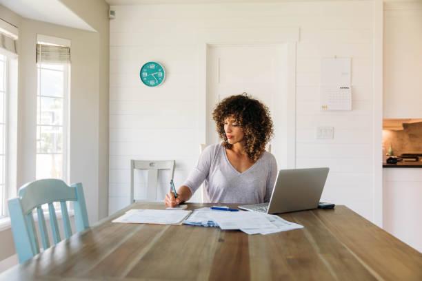 kobieta robi finanse w domu - indywidualność zdjęcia i obrazy z banku zdjęć