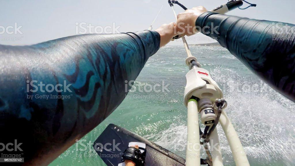 Mulher fazendo kitesurf - Foto de stock de 18-19 Anos royalty-free