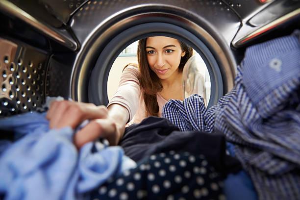 ている女性には洗濯機のランドリー - 衣類乾燥機 ストックフォトと画像