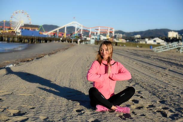 Kobieta medytacji na plaży robi – zdjęcie