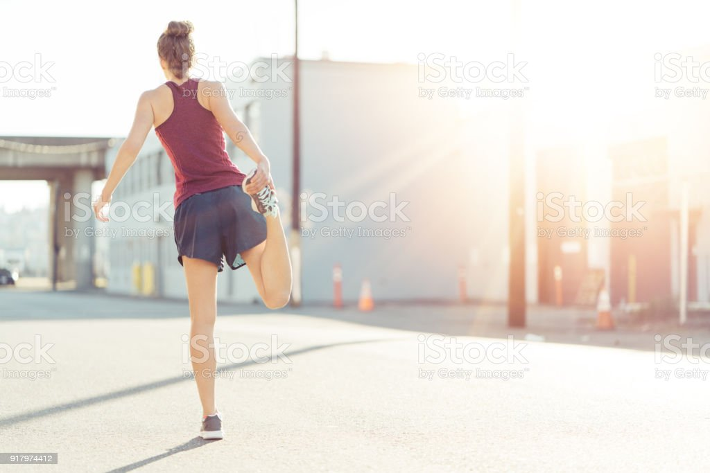 Frau Morgen stretching und Erwärmung zu tun – Foto