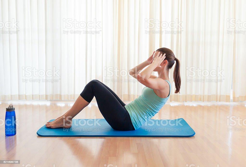 Femme faire sit ups - Photo
