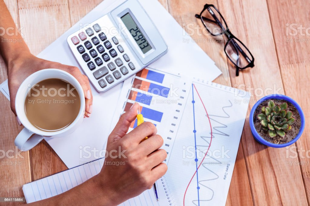 Woman doing some banking at home foto stock royalty-free