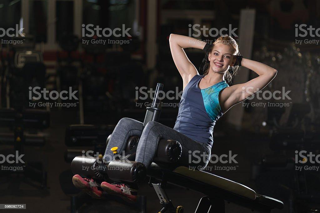 Frau beim Kraftübungen für Abs Muskeln Lizenzfreies stock-foto