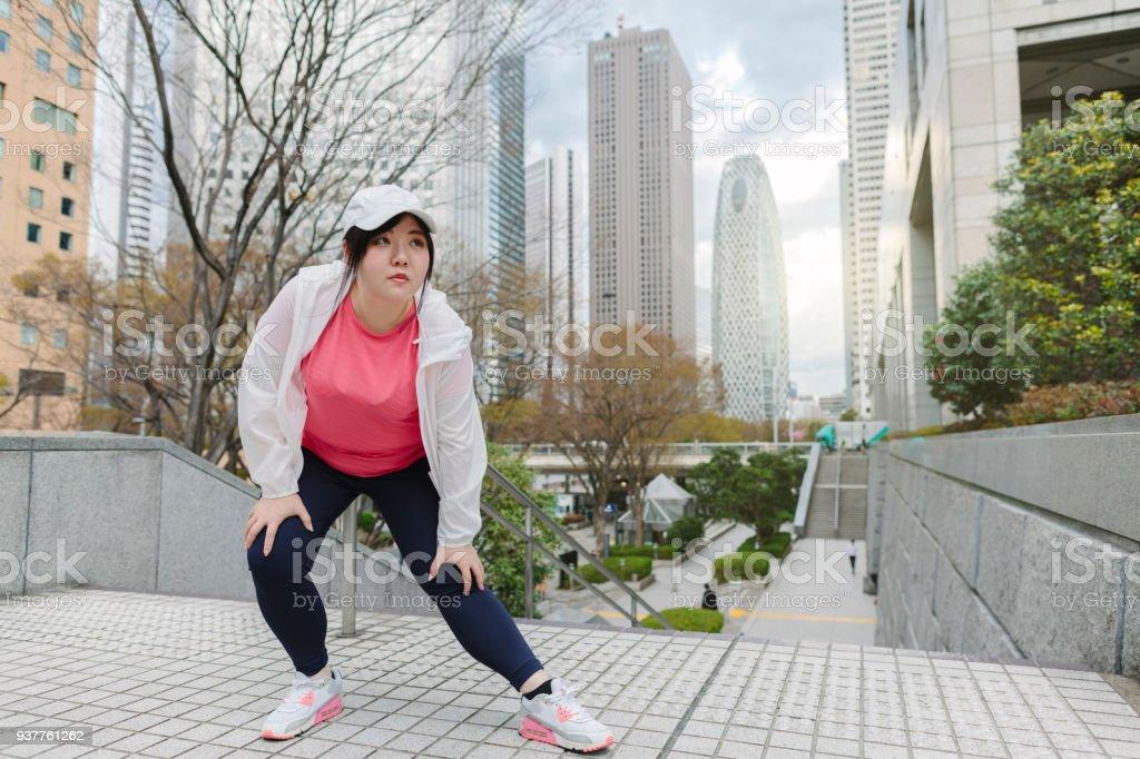 在城市舒展的婦女圖像檔