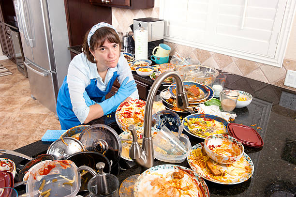 Woman doing the dishes foto