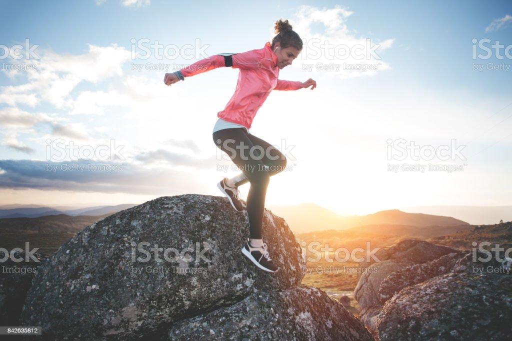 Frau dabei Training in den Bergen bei Sonnenuntergang – Foto